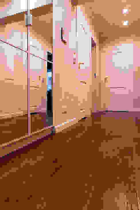 Białe drzwi i ciemna podłoga drewniana Roble Klasyczny korytarz, przedpokój i schody