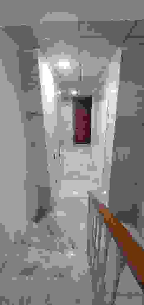 Zaguán Pasillos, vestíbulos y escaleras de estilo moderno de CreaCivil Moderno