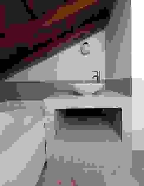 Intervento di Interior Design_un Piccolo Bagno in Mansarda con Idromassaggio Gilardi Interiors on Staging Bagno moderno Piastrelle Beige