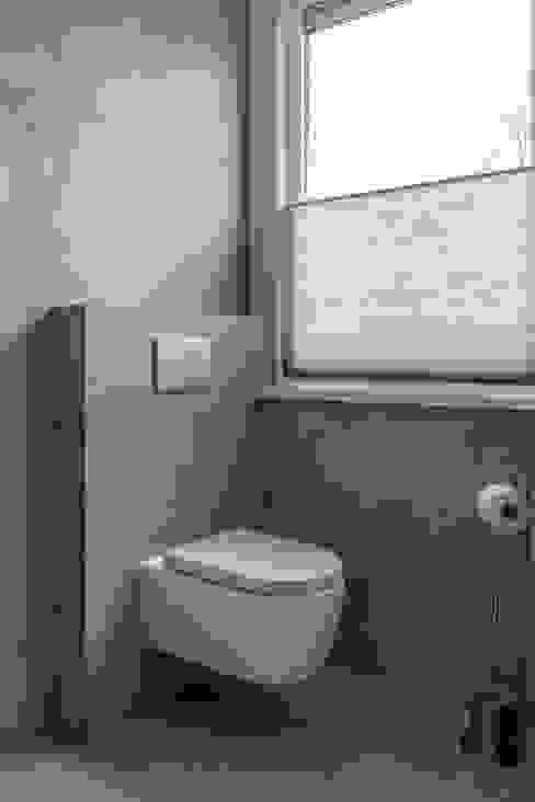 Hangend toilet: modern  door Maxaro, Modern
