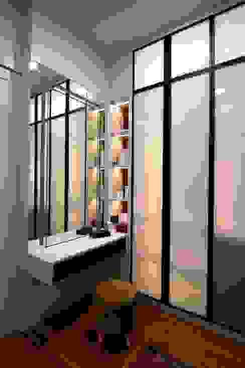 DOUBLE STOREY HOUSE @ BANDAR KINRARA, PUCHONG MDD DESIGN SDN BHD Modern style dressing rooms