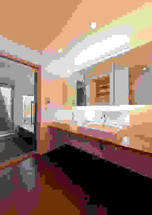 洗面からバスルームを見る モダンスタイルの お風呂 の 有限会社笹野空間設計 モダン