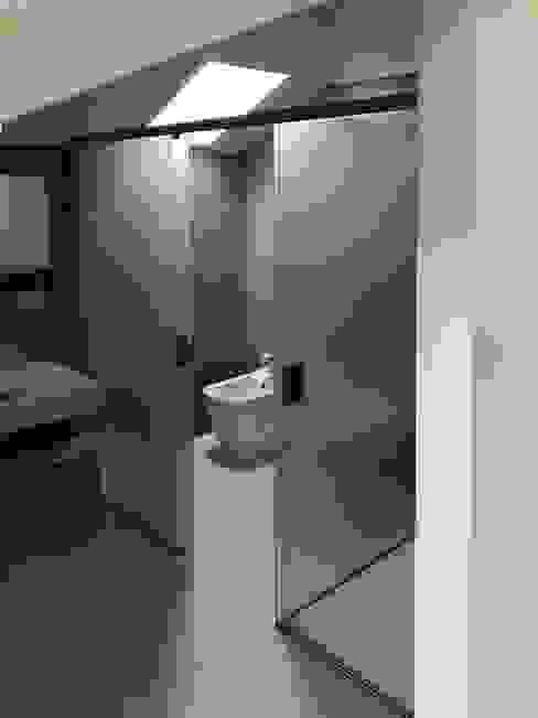 Chiusura zona sanitari e zona doccia Bagno minimalista di AISI Design srl Minimalista Ferro / Acciaio