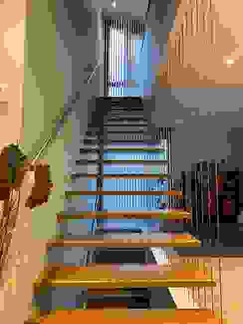 ESCALERA INTERIOR Arquitectos Martinez del Rio Escaleras Vidrio Acabado en madera