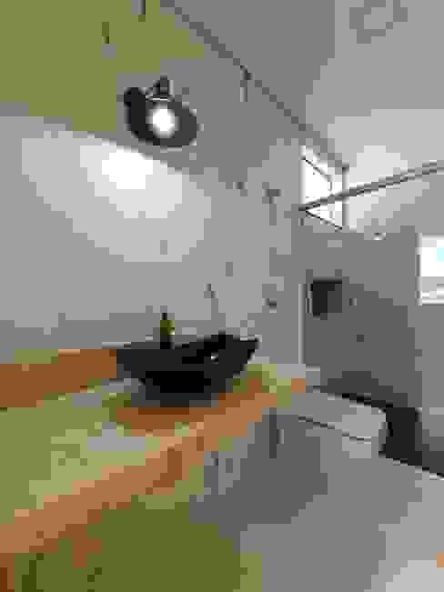 Banheiro da suíte térrea Banheiros modernos por Monteiro arquitetura e interiores Moderno