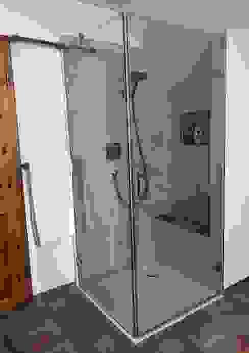 großzügiges Badezimmer im Naturstil Tropische Badezimmer von LifeStyle Bäderstudio Tropisch