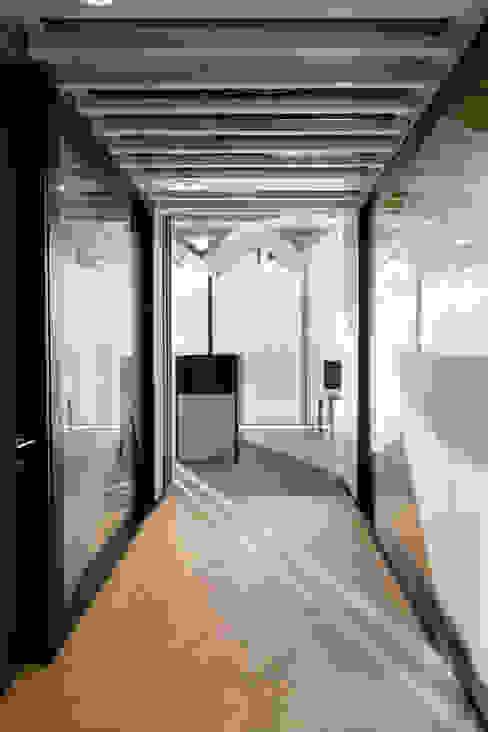Corredor. Eje principal. Pasillos, vestíbulos y escaleras de estilo minimalista de entrearquitectosestudio Minimalista Aglomerado