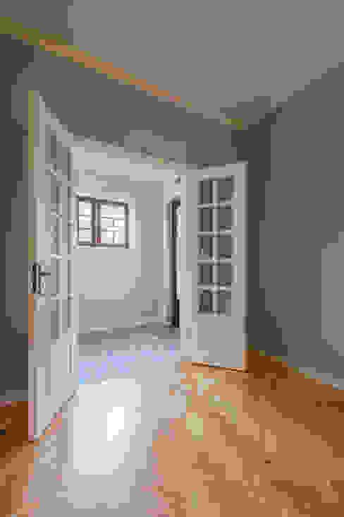 Hall de entrada - Projeto de remodelação SHI Studio Interior Design ShiStudio Interior Design Corredores, halls e escadas clássicos