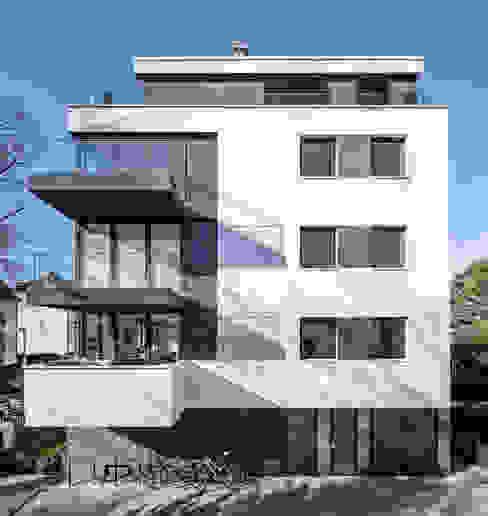 Spiel mit Hell-Dunkel Kontrasten boehning_zalenga koopX architekten in Berlin Mehrfamilienhaus Weiß