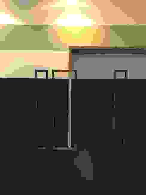 detail van de handvatten en planken: modern  door MEF Architect, Modern Hout Hout