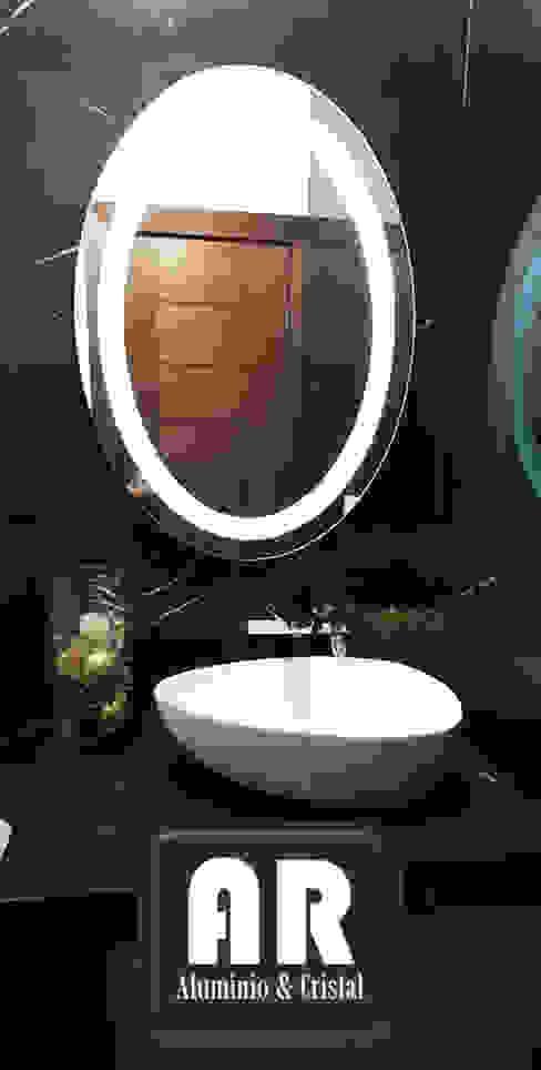 ESPEJO CON LUZ LED, DISEÑO OVALO Baños modernos de AR ALUMINIO & CRISTAL Moderno