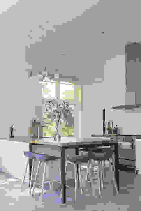 Transformatie van kantoor naar woonhuis Kraal architecten Moderne keukens
