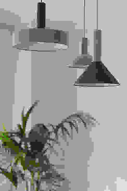 luci a sospensione design per il soggiorno di Lascia la Scia S.n.c. Moderno