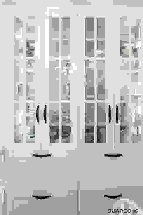 Zona de columnas La zona de columnas está formada por dos columnas de ancho 70 cm con dos puertas en parte superior con vitrina y luz led interior , la parte inferior está equipada con mueble con dos caceroleros y cajón interior. Suarco Cocinas pequeñas Blanco