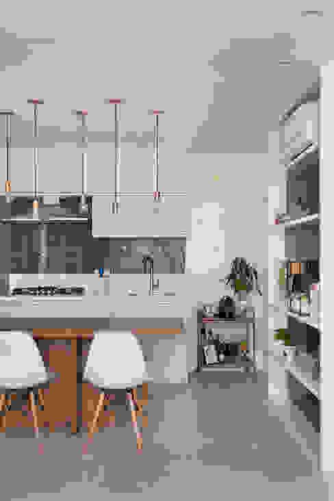 Sala integrada à cozinha Claudia Infante Design Cozinhas pequenas