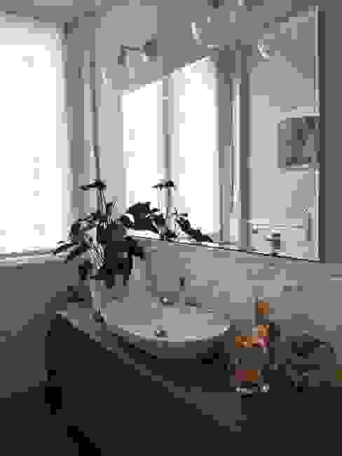 Manuela Bruno Architetto Classic style bathroom Ceramic White