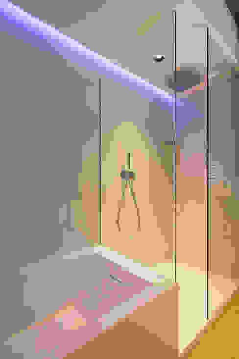 Vasca - doccia bagno padronale Essestudioarch Bagno moderno
