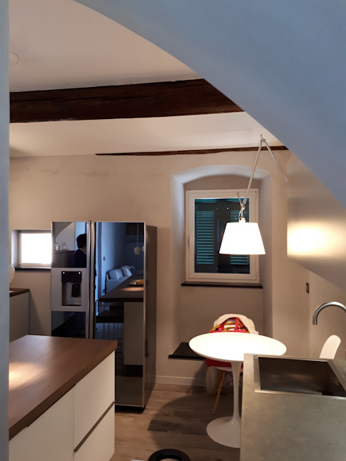 cucina Miria Uras architettura & design Cucina piccola Legno Beige