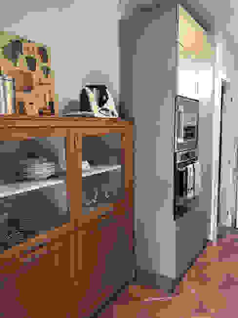 Un'atmosfera Glam dai toni Scandy e Country con accenti di Design Teresa Romeo Architetto Cucina attrezzata Legno massello Effetto legno