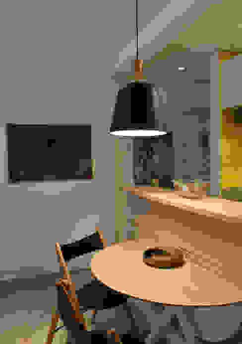 Apartamento de Publicitário Estrangeiro Enzo Sobocinski Arquitetura & Interiores Salas de jantar modernas Derivados de madeira Amarelo
