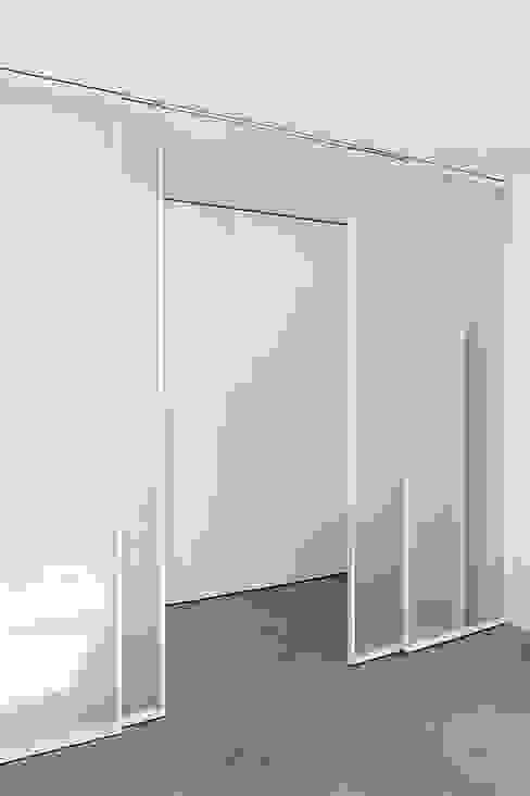 Vetrata scorrevole zona notte Roberta Vizzotto Architetto Ingresso, Corridoio & Scale in stile moderno Bianco