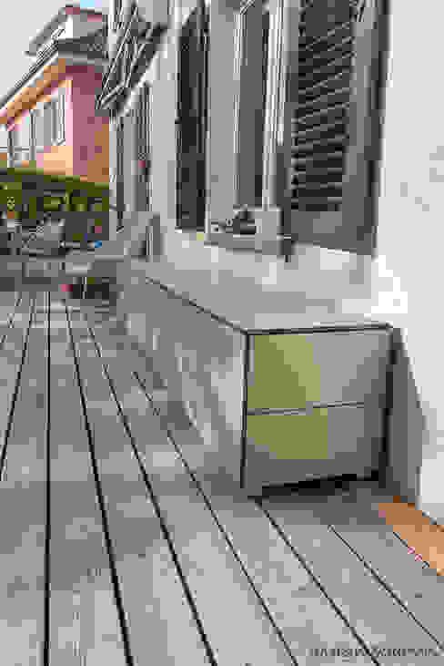 Regensicherer Outdoor Schrank design@garten - Alfred Hart - Design Gartenhaus und Balkonschraenke aus Augsburg Balkon Holz-Kunststoff-Verbund Beige