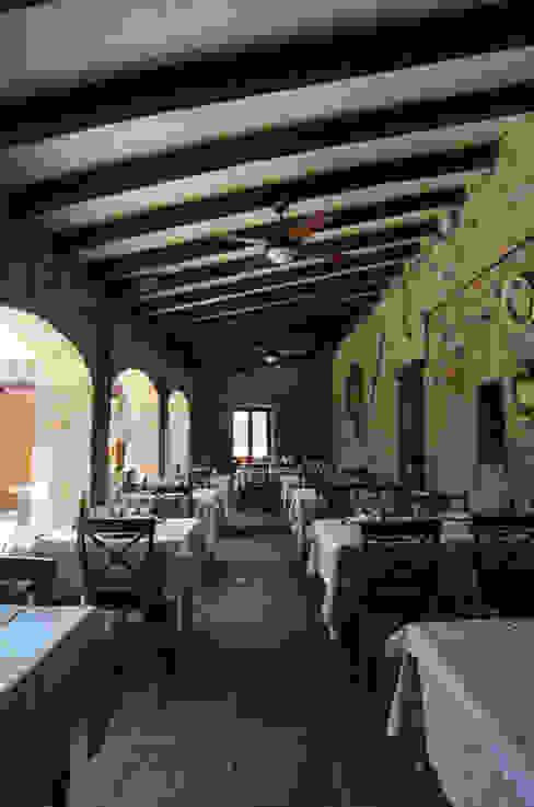 REFORMA de RESTAURANT A VIL·LA a Corçà Balcones y terrazas de estilo rústico de LAV Rústico Piedra
