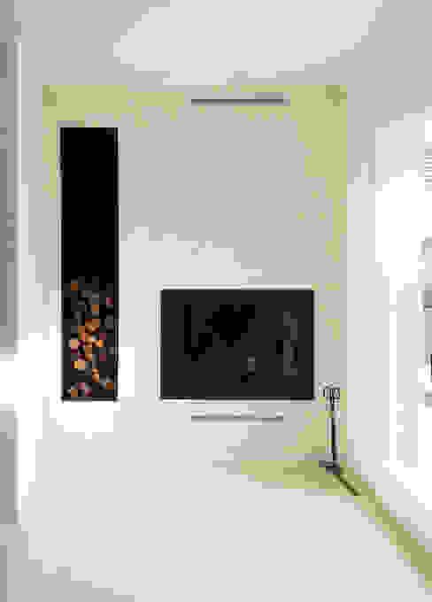 El calor de la chimenea essencia.arquitectura Salones modernos