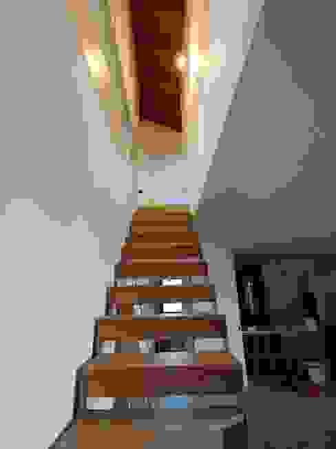 Punto di unione dell'abitazione e del suo sottotetto di Giorgio Gravina Moderno Legno Effetto legno