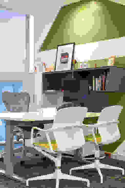 Oficina Gerencial de Soma & Croma Moderno Compuestos de madera y plástico