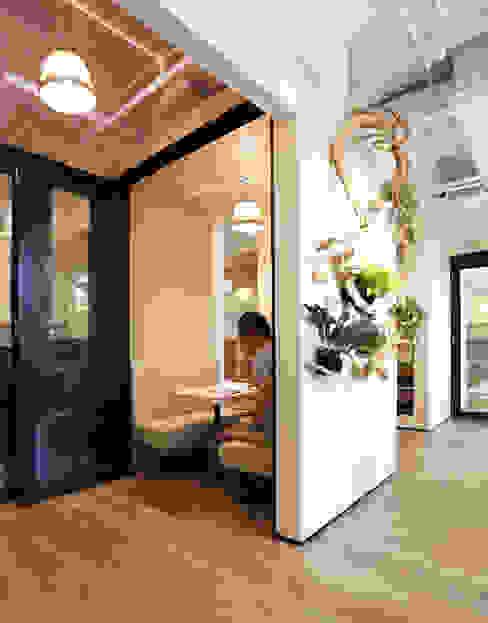 RSDS Architects Minimalist corridor, hallway & stairs