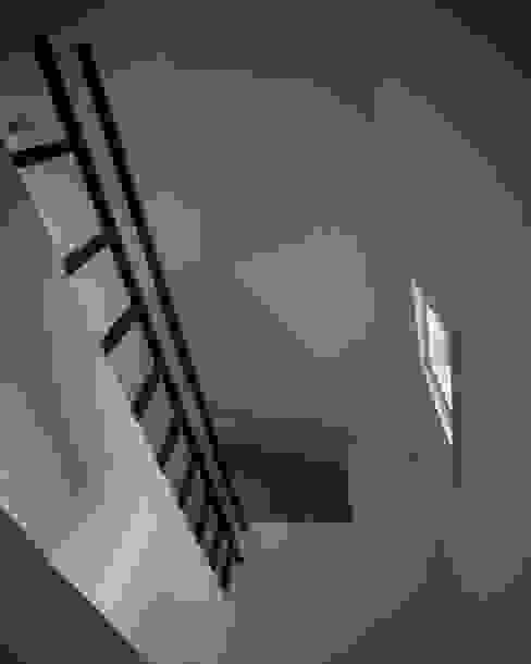 Minimalist corridor, hallway & stairs by goodmood - Soluções de Habitação Minimalist Metal