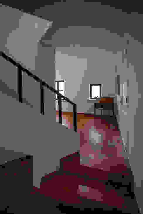 Mediterranean style corridor, hallway and stairs by goodmood - Soluções de Habitação Mediterranean Ceramic
