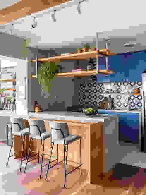 Cozinha alegre que mistura estilos. Marcela Wandenkolk Arquitetura Cozinhas pequenas Madeira Azul