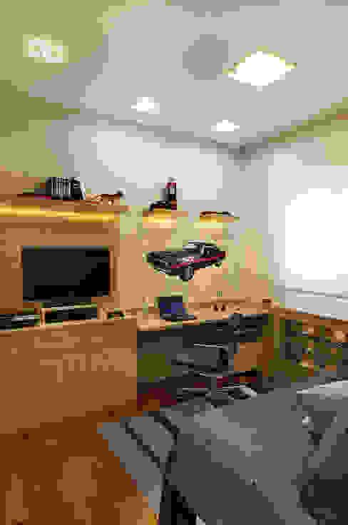 Home office do rapaz integrado ao quarto Adriana Scartaris: Design e Interiores em São Paulo Escritórios modernos