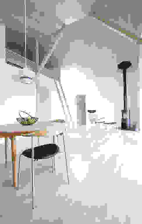 CSH#56 V house 北欧デザインの リビング の NASU CLUB 北欧 木 木目調