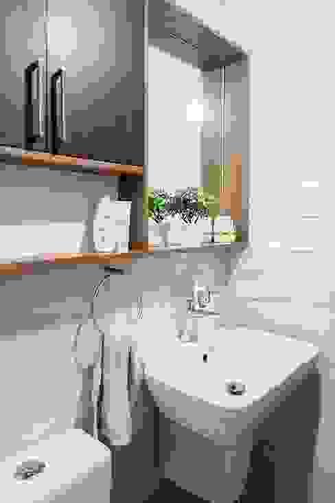 Master bathroom Scandinavian style bathroom by JAAL Builders Scandinavian