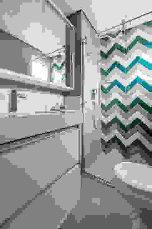 suite do filho mais velho TRIGO ARQUITETURA Banheiros modernos