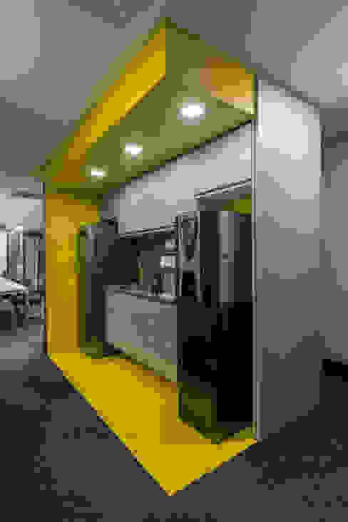Copa do Operacional | Caixa Amarela Arquitetura Sônia Beltrão & associados Espaços comerciais modernos Pedra Amarelo