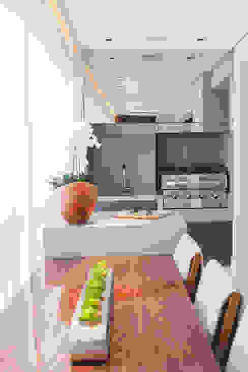 Gourmet com churrasqueira a gás TMC Arquitetura e Design de Interiores Varandas Pedra Cinza