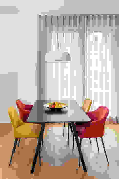 Sala da pranzo moderna di CONSCIOUS DESIGN - INTERIORS Moderno Legno Effetto legno