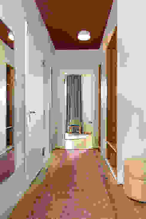 Flur mit rote Decke und Teppich CONSCIOUS DESIGN - INTERIORS Moderner Flur, Diele & Treppenhaus Holz Rot