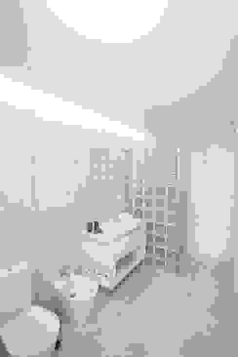 Instalação Sanitária Casas de banho minimalistas por AA.Arquitectos Minimalista Cerâmica