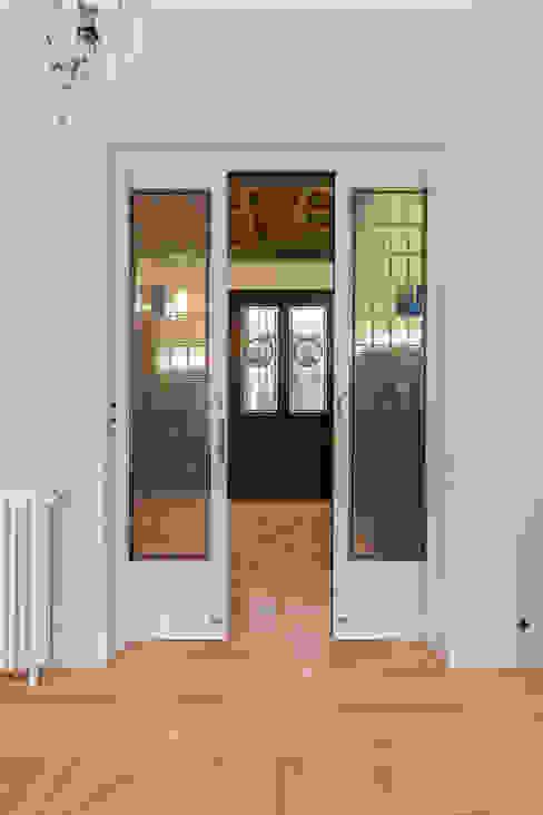 Puertas Vidrieras-correderas blancas desde el interior del salón comedor Arquigestiona Reformas S.L. Puertas correderas Madera maciza Blanco