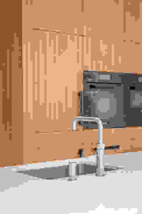 kookeiland met achterkast van ÈMCÉ interior architecture Modern