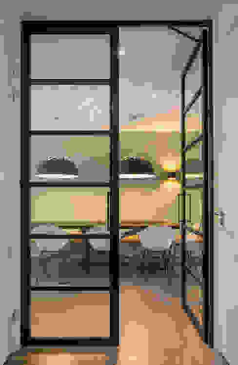 Stalen glasdeuren van ÈMCÉ interior architecture Modern