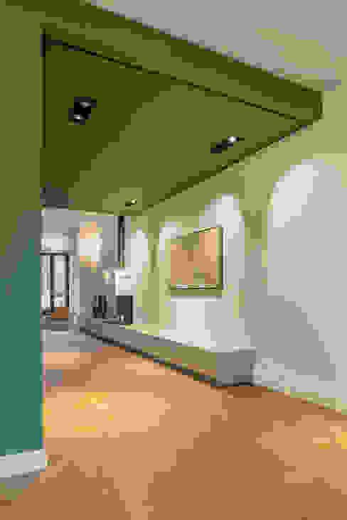 Soggiorno moderno di ÈMCÉ interior architecture Moderno