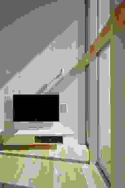 リビング 空間建築-傳 北欧デザインの リビング 無垢材 白色