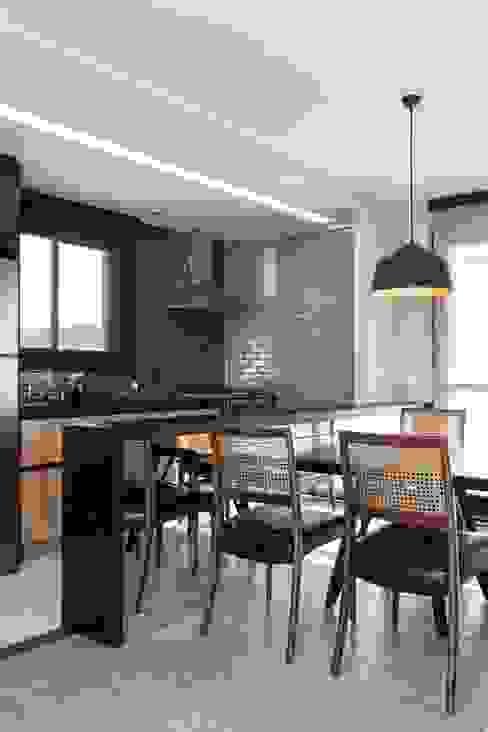 APÊ BLUE - a casa do advogado Estúdio Dozi Salas de jantar modernas