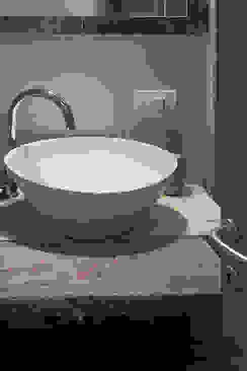 lavabo bagno Bagno in stile industriale di Architetto Alessandro spano Industrial Legno Effetto legno